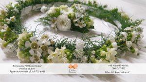 wianek komunijny z żywych kwiatów czy sztucznych